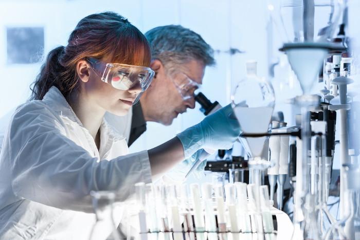 Pesquisadores de cuidados de saúde que trabalham em laboratório de ciências da vida.