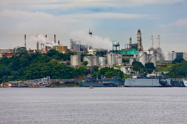 Vista do Rio Amazonas e do polo industrial de Manaus