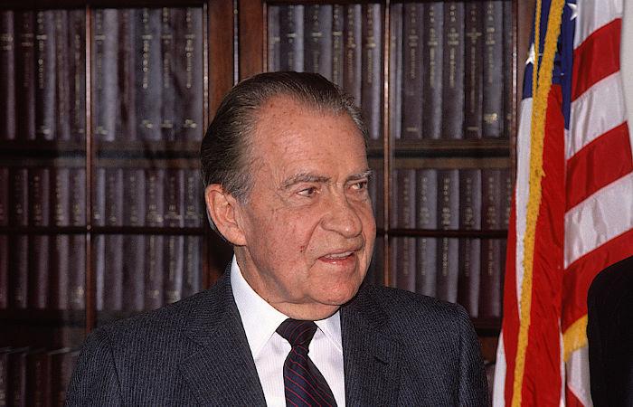O escândalo de Watergate tornou público as irregularidades cometidas por Richard Nixon, forçando-o a renunciar em 1974.[2]