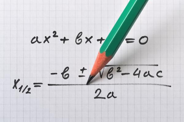 A fórmula de Bhaskara é útil para resolver equações polinomiais do segundo grau.
