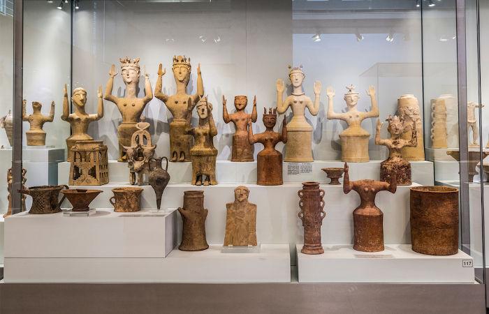 Esculturas de Reia, a deusa-mãe e principal deusa dos cretenses.[3]