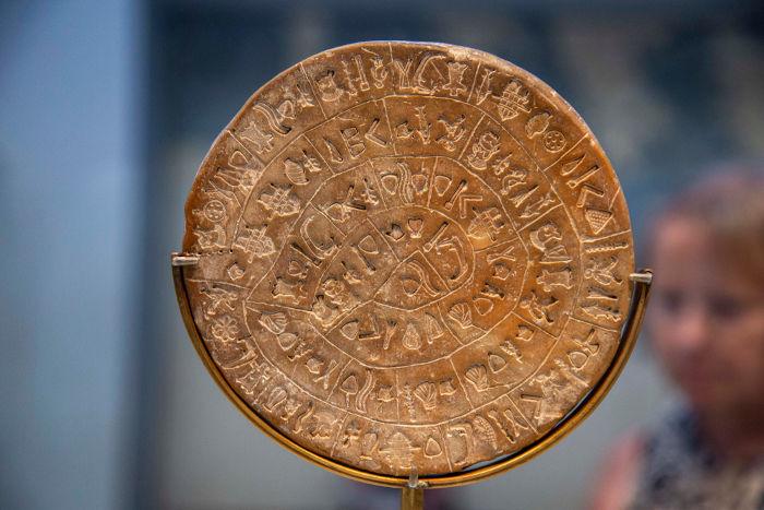 Disco de Festo, um dos mais conhecidos resquícios dos cretenses. Acredita-se que seja uma oração à deusa-mãe.[1]
