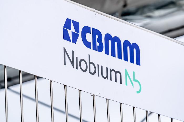 Emblema da empresa brasileira fornecedora de nióbio, a Companhia Brasileira de Metalurgia e Mineração (CBMM). [1]