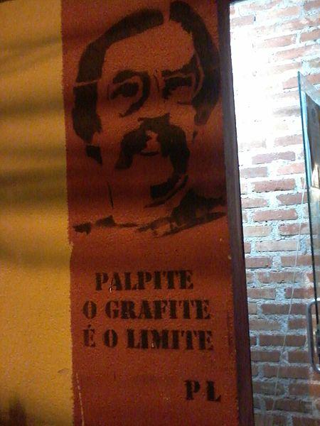 Grafite em técnica de stencil ilustrando o poeta Paulo Leminski acompanhado de seus versos de inspiração haicaísta. [1]