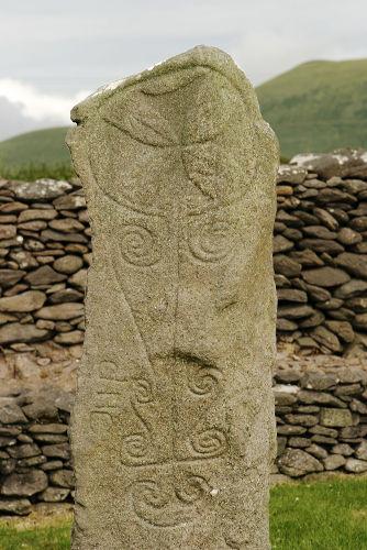 Lápide entalhada com estilo artístico típico dos celtas.