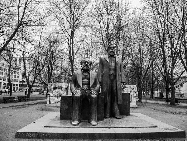 Monumento a Marx e Engels em Berlim, na Alemanha. [1]
