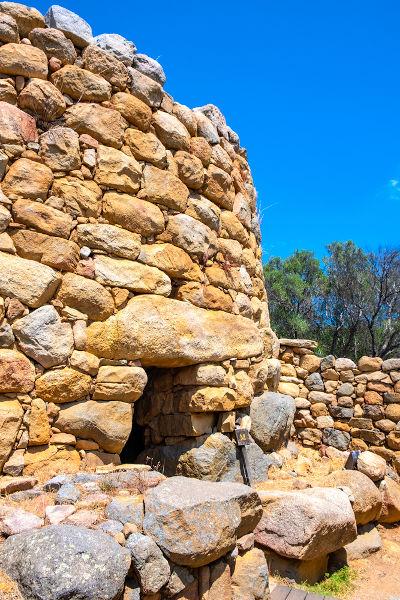 A sedentarização dos grupos humanos permitiu a construção de casas feitas com materiais disponíveis próximos do local da moradia.[3]