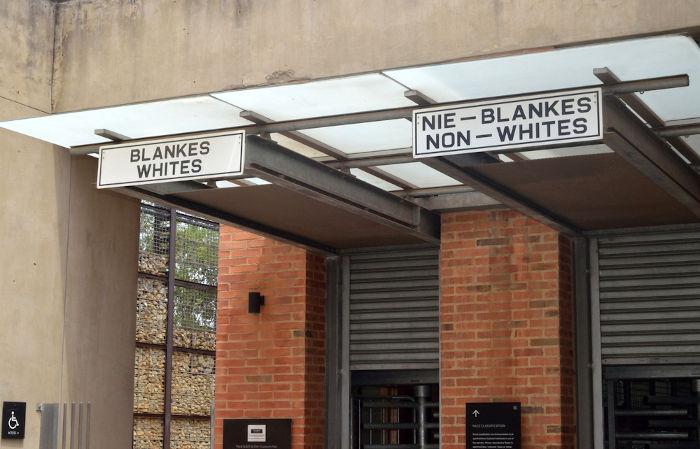 """Museu na África do Sul que conta os horrores do """"apartheid"""", regime de segregação racial que só acabou em 1990.[2]"""