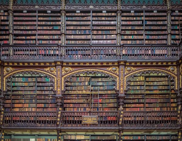 Paredes repletas de livros no interior do Real Gabinete Português de Leitura do Rio de Janeiro, uma das mais tradicionais coleções de livros em língua portuguesa no Brasil. [1]