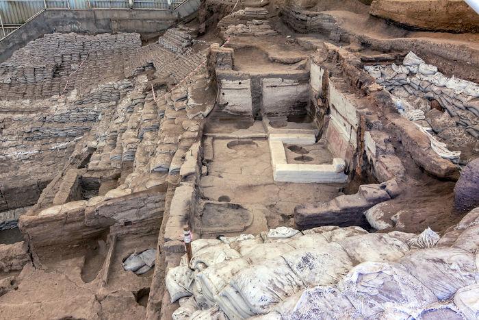 Resquícios de uma construção do período Neolítico.[2]