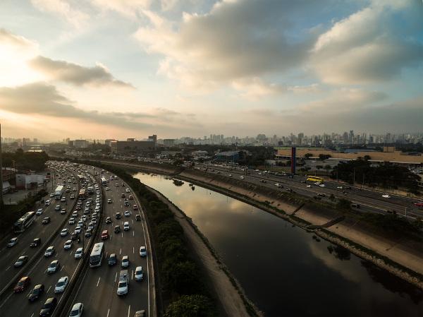 Rio Tietê na cidade de São Paulo, ao lado da marginal que recebe o mesmo nome do rio.