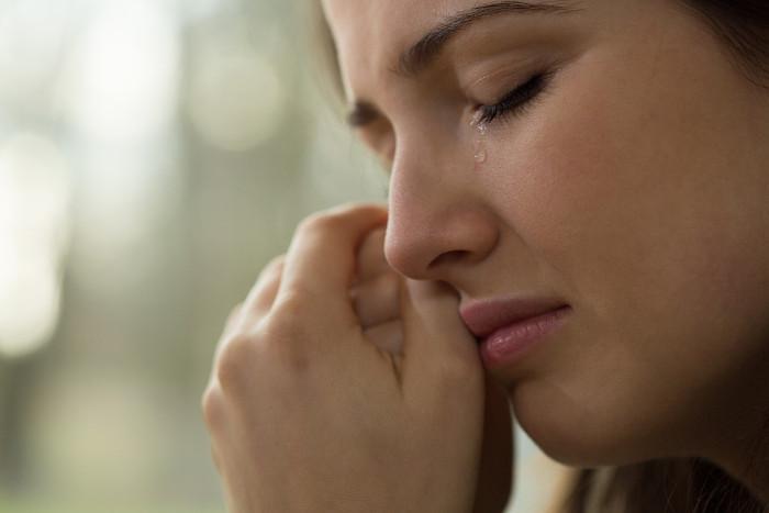 O ato de chorar está no mesmo campo semântico da sensação de infelicidade.