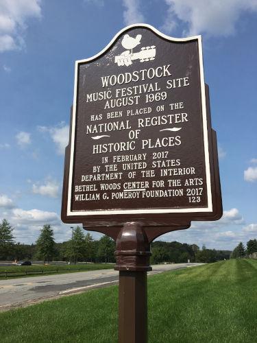 Placa do local exato onde ocorreu o Festival de Woodstock.[1]