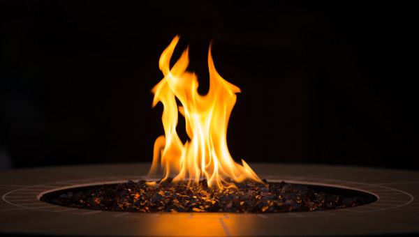Fogueira em que pedaços de carvão são o combustível para manter-se o fogo acesso.