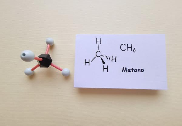 Representação molecular do gás metano, a menor molécula da função alcano.