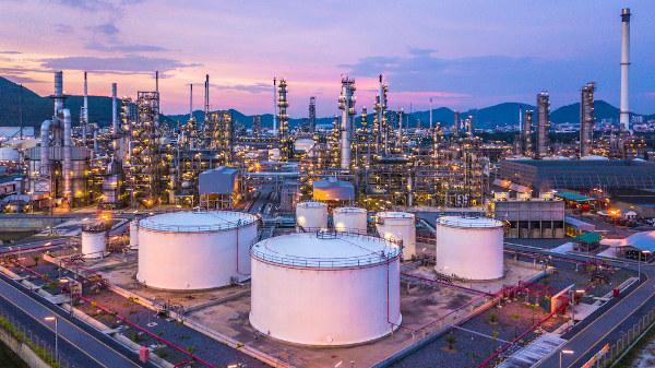 Posto de armazenamento e refinaria de onde saem os compostos fracionados do petróleo, como alcanos.