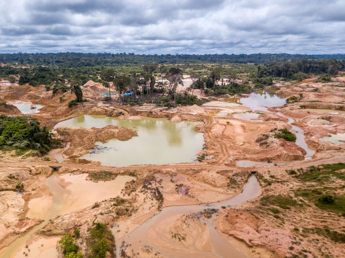 Área desmatada na Amazônia para a prática do garimpo, que também é uma causa para a destruição do bioma.