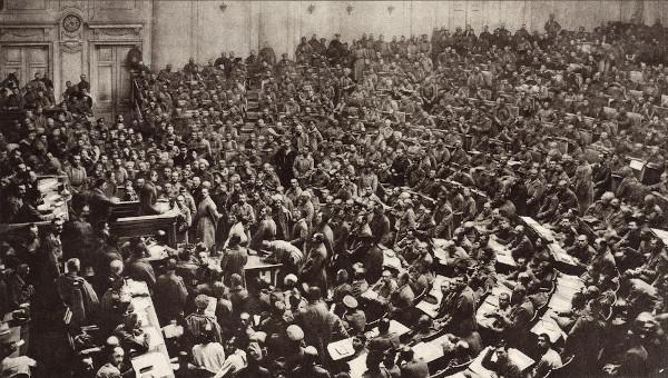 Assembleia de deputados operários e soldados durante o Governo Provisório Russo, em março de 1917, antes da tomada do poder pelos bolcheviques.
