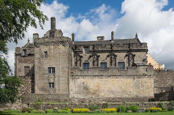 Era no castelo, principal construção dos feudos, que vivia a nobreza durante a Idade Média. [1]