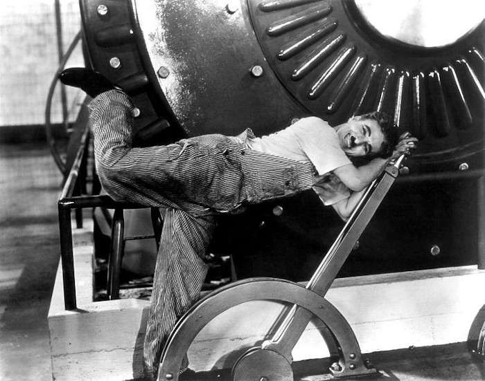 """O filme """"Tempos Modernos"""", dirigido e estrelado por Charles Chaplin, mostra a vida de um típico proletário."""