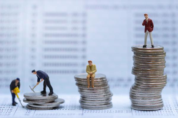 As classes sociais distinguem as pessoas de acordo com alguns critérios, como condição financeira, acesso à cultura, escolaridade etc.