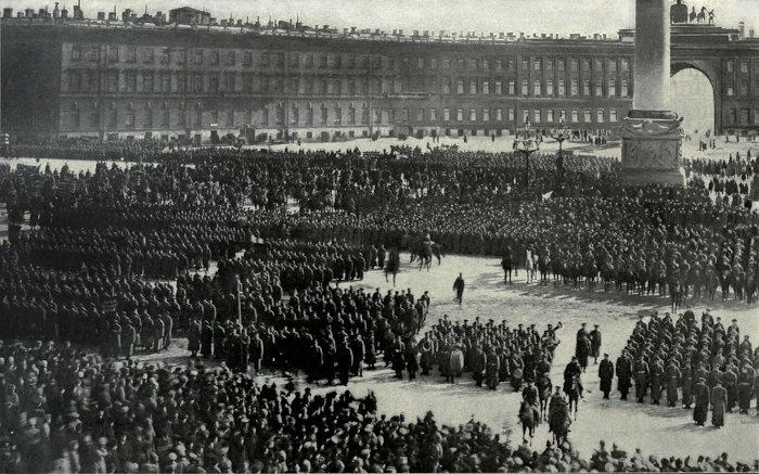 Oficiais do exército russo fazendo o juramento de fidelidade à Revolução de Outubro, 1917.