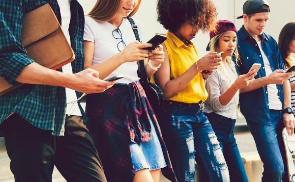 A geração Z foi socializada na era da internet e possui um domínio de tecnologias maior que as gerações anteriores.
