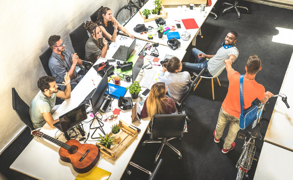 A geração Z busca um ambiente de trabalho divertido, sem rigidez de hierarquia e formalidade, que valorize sua autonomia e compartilhe seus valores.