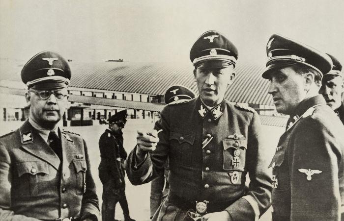 Heinrich Himmler (usando óculos) foi o grande responsável por tornar a Gestapo uma instituição nacional na Alemanha nazista.[1]