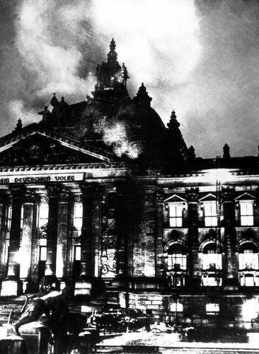 O incêndio do Parlamento alemão foi usado como justificativa para acabar-se com as liberdades constitucionais na Alemanha.
