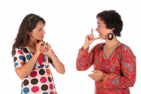 A Libras é considerada uma língua porque possui características bem definidas, sendo muitas delas diferentes das do português.