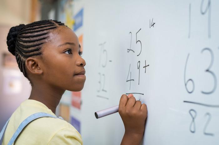 Avaliação do Pisa mostra que a desigualdade de gênero afeta o campo educacional, com meninos tendo melhor desempenho na área de ciências e matemática.