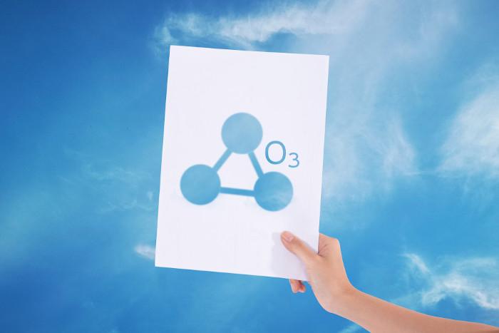 A molécula de ozônio é constituída por três átomos de oxigênio.