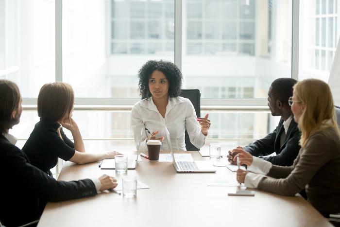 Há um déficit de mulheres em posições de liderança nas empresas e na política, isso dificulta a aprovação de medidas em direção à equidade de gênero.