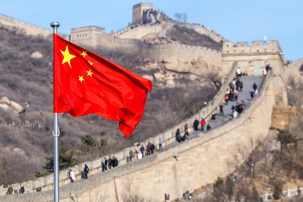 A China combina um governo ditatorial de partido único com abertura comercial e é uma das maiores potências econômicas do mundo.