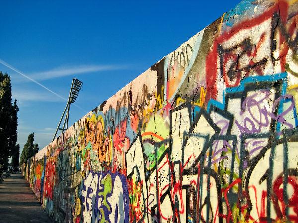Ruína do Muro de Berlim (2010). A queda desse muro, em 1989, foi por muitos considerada o triunfo do capitalismo sobre o socialismo. [1]