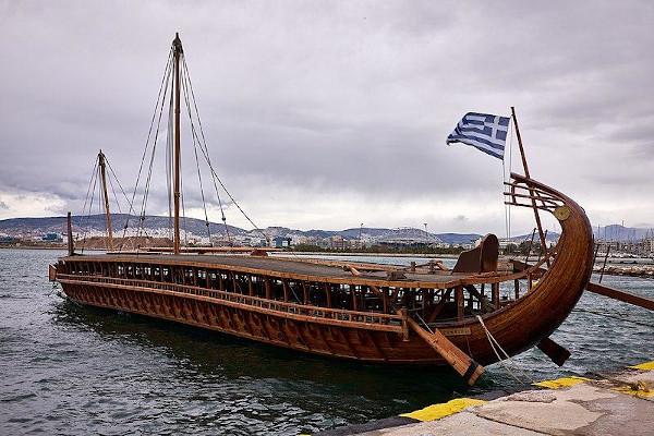 Os trirremes eram barcos de guerra utilizados pelos gregos contra invasões inimigas, pois transportavam os soldados e também serviam como armas. [1]