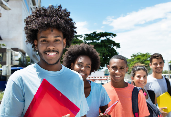 A Universidade Federal de Goiás instituiu cotas sociais e raciais em 2008 com o programa UFGINCLUI.