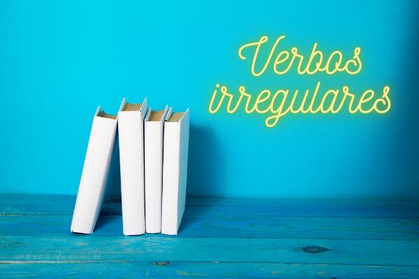 Os verbos irregulares não seguem nenhum padrão em uma conjugação.