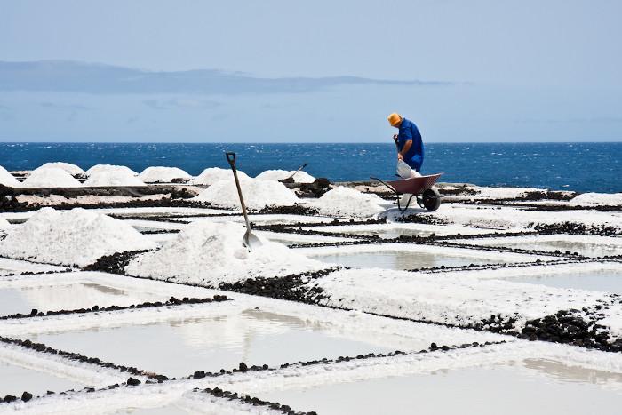 A coleta do sal é feita após processo de evaporação.