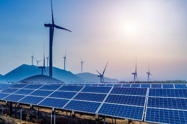 Energias solar e eólica são consideradas limpas e renováveis.
