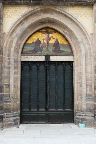 Em 31 de outubro de 1517, Martinho Lutero supostamente pregou suas 95 teses na porta da igreja de Wittenberg.