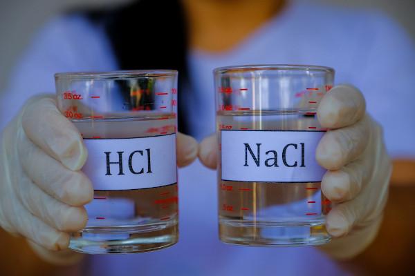 Duas soluções com compostos inorgânicos — ácido clorídrico (HCl) e cloreto de sódio (NaCl).
