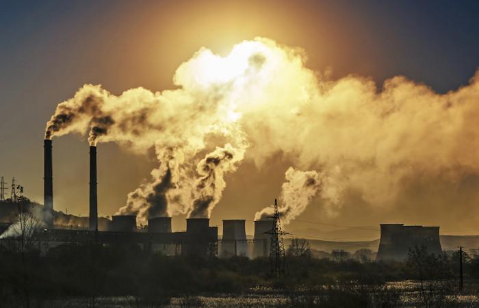 Indústrias são responsáveis por lançar na atmosfera uma grande quantidade de poluentes.
