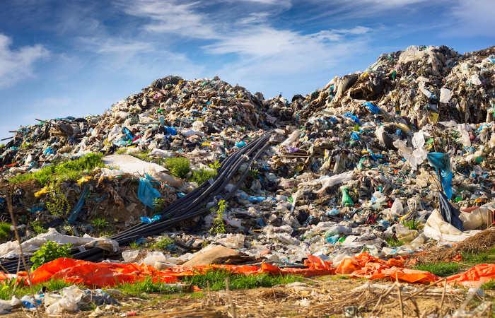 Os lixões são responsáveis por causar a poluição do solo, além de provocar grande mal cheiro e atrair vetores de doenças.