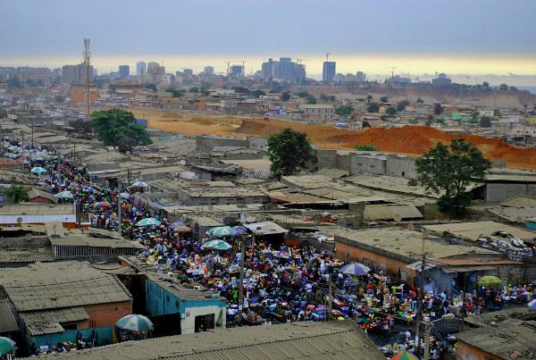 Moradias precárias, com ausência de saneamento e infraestruturas