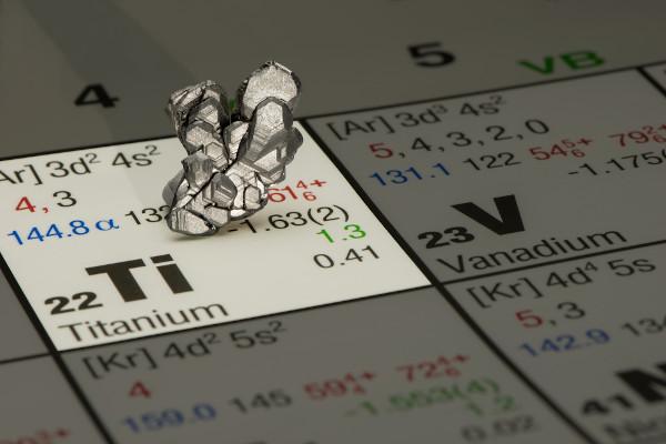 Titânio mineral e sua representação na tabela periódica