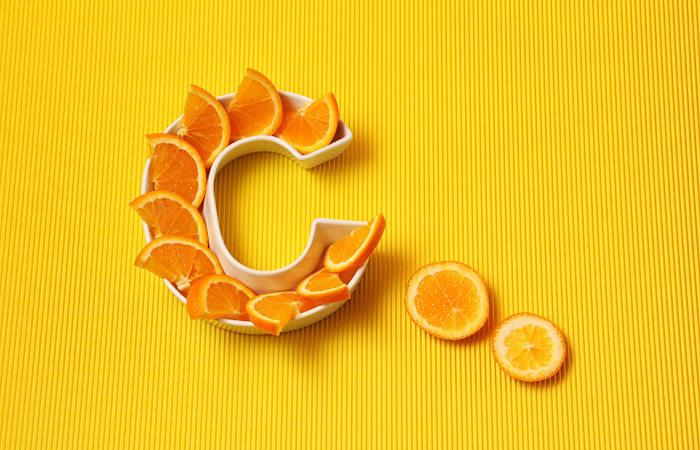 A vitamina C pode ser conseguida por meio da ingestão de frutas cítricas.