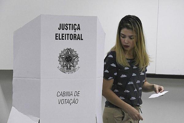 A Constituição de 1934 trouxe mudanças no processo eleitoral brasileiro, como a Justiça Eleitoral e os votos secreto e feminino. [1]