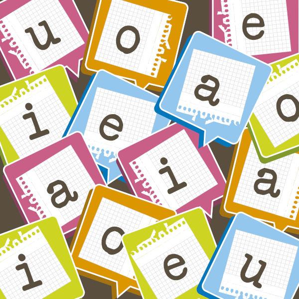 A assonância se caracteriza pela repetição de sons vocálicos para criar efeitos no enunciado.